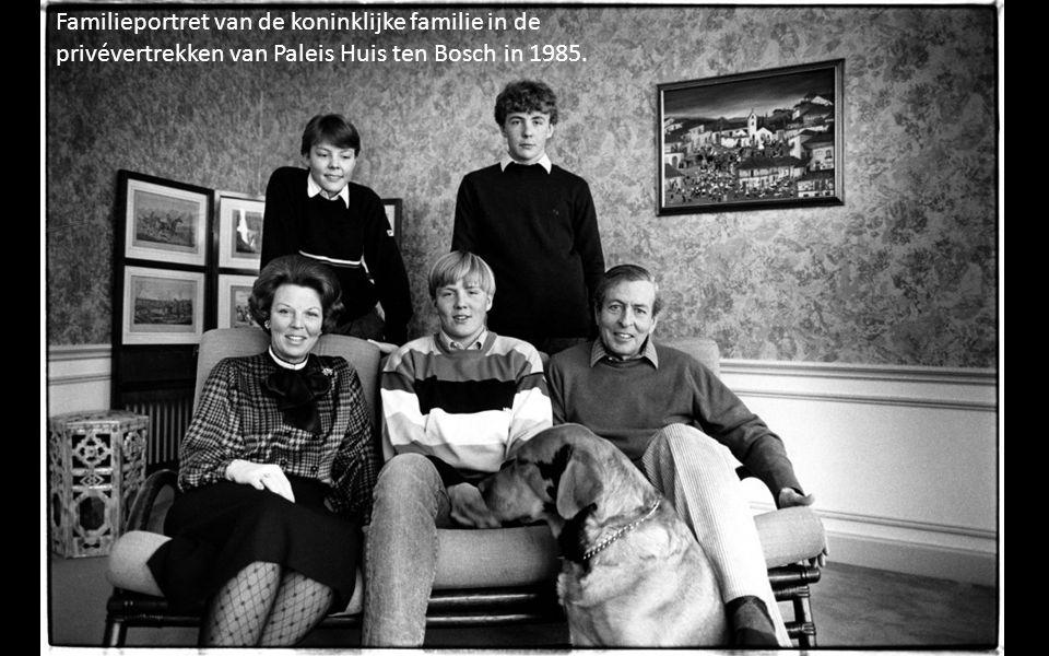 Familieportret van de koninklijke familie in de privévertrekken van Paleis Huis ten Bosch in 1985.