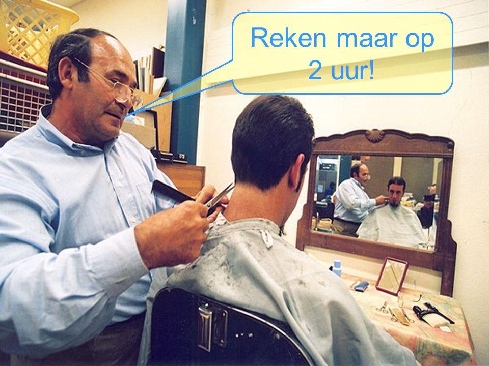 De kapper bekijkt zijn wachtende klanten….