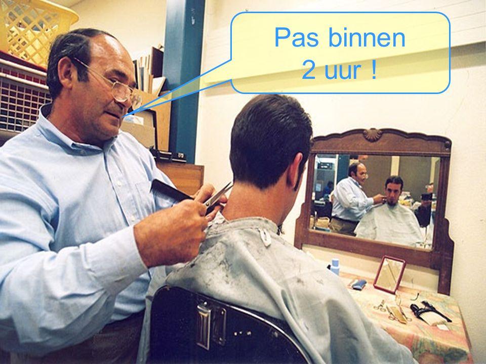 De kapper herkent de man, bekijkt zijn wachtende klanten en zegt: