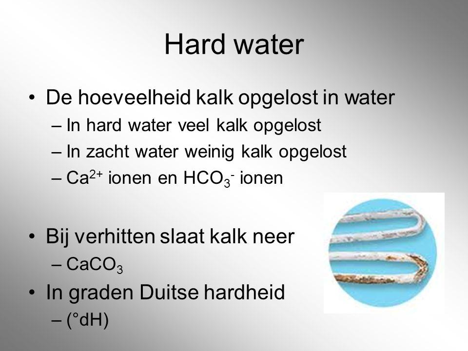Hard water De hoeveelheid kalk opgelost in water –In hard water veel kalk opgelost –In zacht water weinig kalk opgelost –Ca 2+ ionen en HCO 3 - ionen