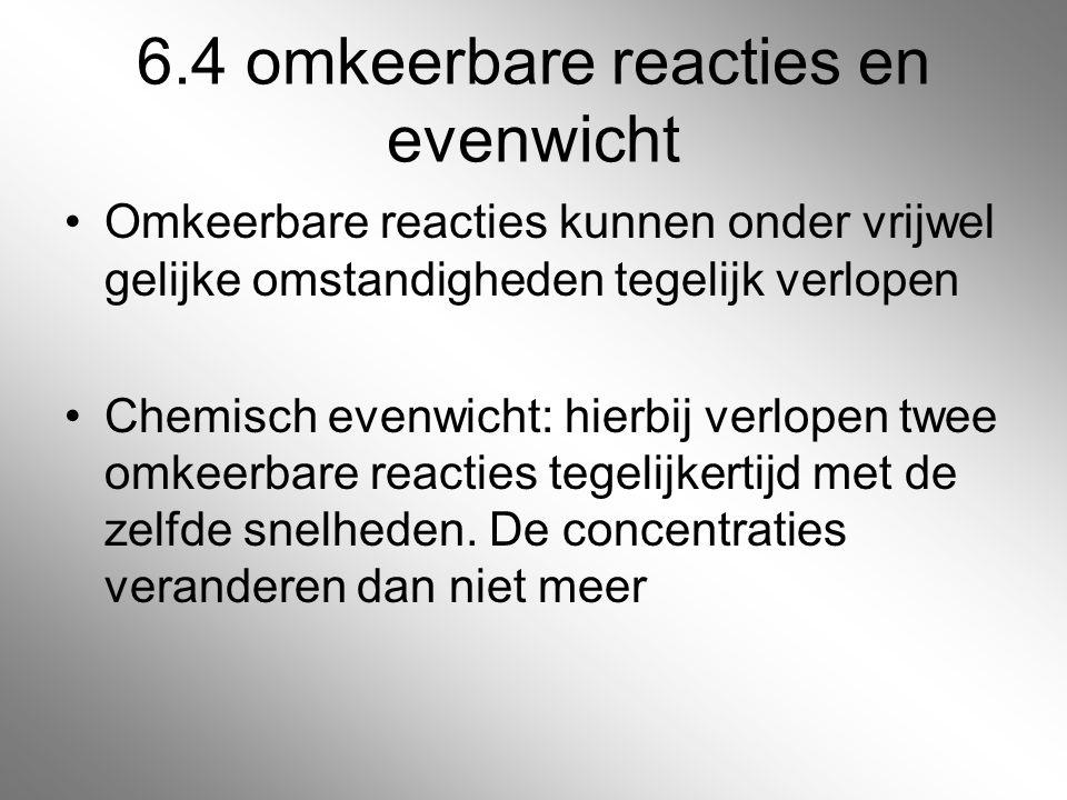 6.4 omkeerbare reacties en evenwicht Omkeerbare reacties kunnen onder vrijwel gelijke omstandigheden tegelijk verlopen Chemisch evenwicht: hierbij ver