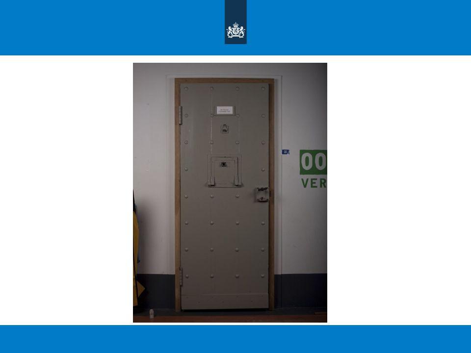 De problematiek van vandaag 3 De portefeuille bedraagt 13,3 miljoen m2 bruto vloeroppervlak De portefeuille bevat meerdere informatiebeheertechnieken, van handgeschreven documenten bij monumenten tot meer recentere technieken zoals bv microfiches.