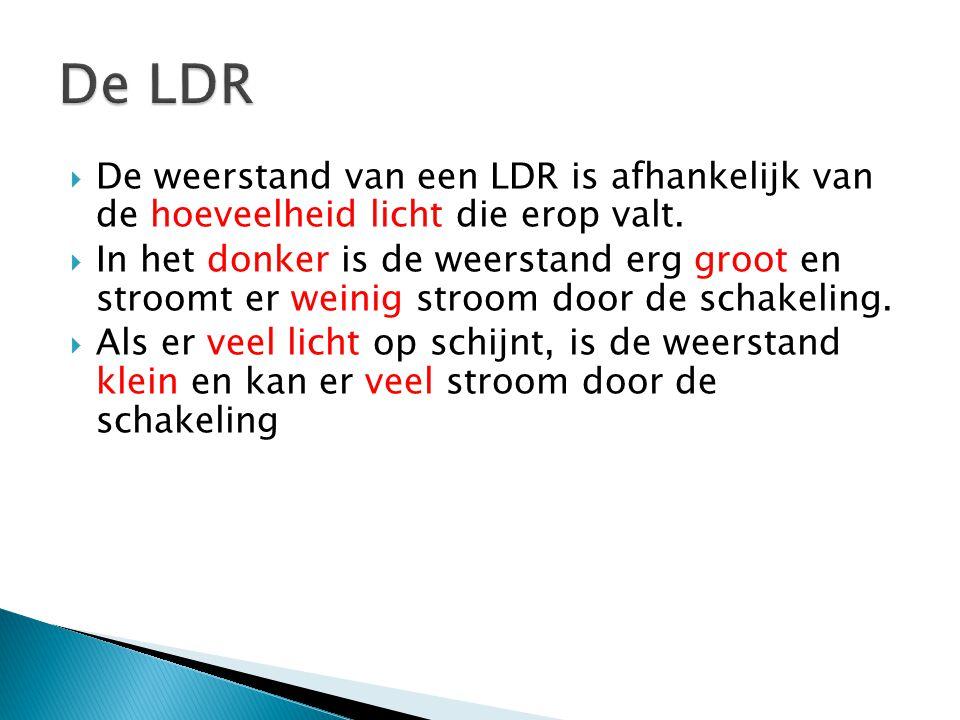  De weerstand van een LDR is afhankelijk van de hoeveelheid licht die erop valt.  In het donker is de weerstand erg groot en stroomt er weinig stroo