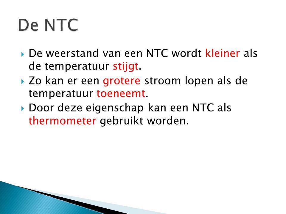  De weerstand van een NTC wordt kleiner als de temperatuur stijgt.  Zo kan er een grotere stroom lopen als de temperatuur toeneemt.  Door deze eige