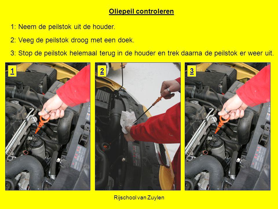 Rijschool van Zuylen Oliepeil controleren 3: Stop de peilstok helemaal terug in de houder en trek daarna de peilstok er weer uit. 2: Veeg de peilstok