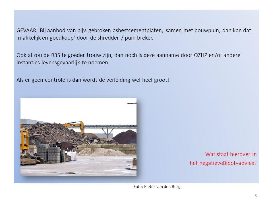 GEVAAR: Bij aanbod van bijv. gebroken asbestcementplaten, samen met bouwpuin, dan kan dat 'makkelijk en goedkoop' door de shredder / puin breker. Ook