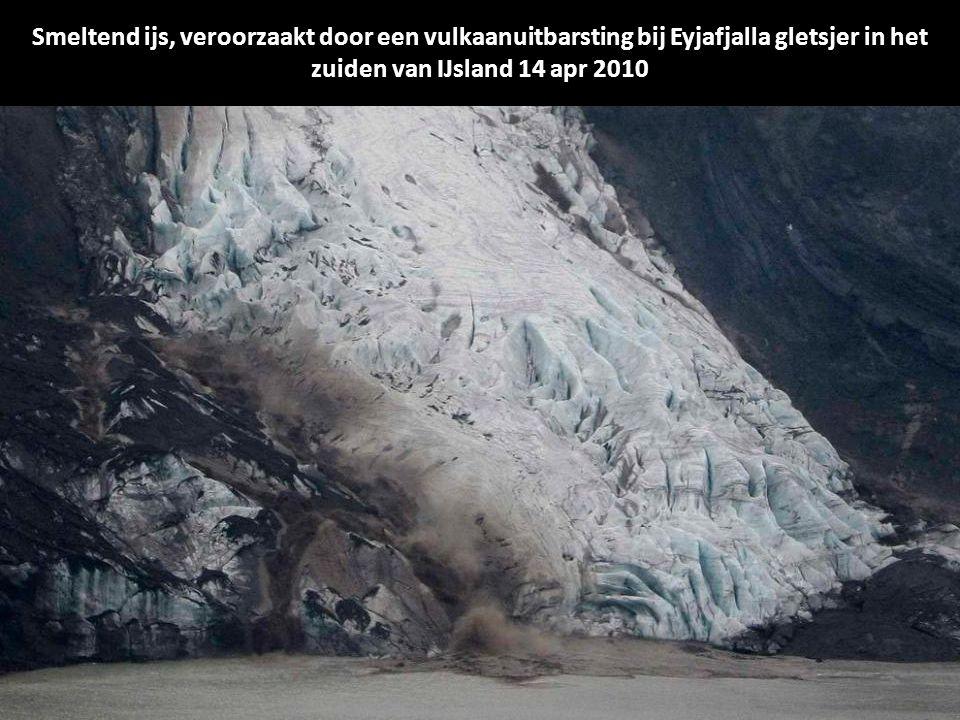 Een luchtfoto foto van de IJslandse kustwacht toont overstromingen veroorzaakt door een vulkaanuitbarsting bij Eyjafjalla gletsjer in het zuiden van IJsland 14 april 2010.