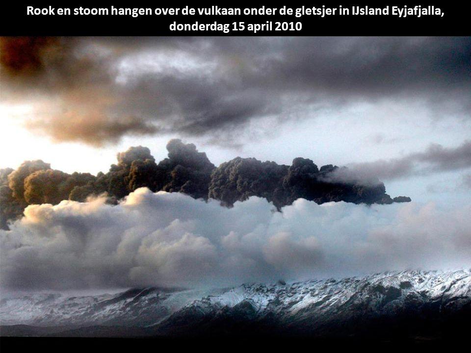 Een natuurlijke kleuren satelliet-beeld toont lavafonteinen, lavastromen, een vulkanische pluim, en stoom uit verdampte sneeuw.