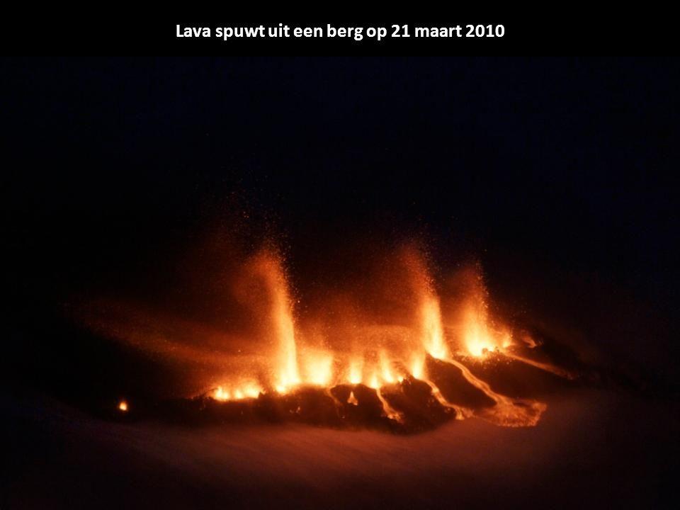 Lava spuwt uit een berg op 21 maart 2010