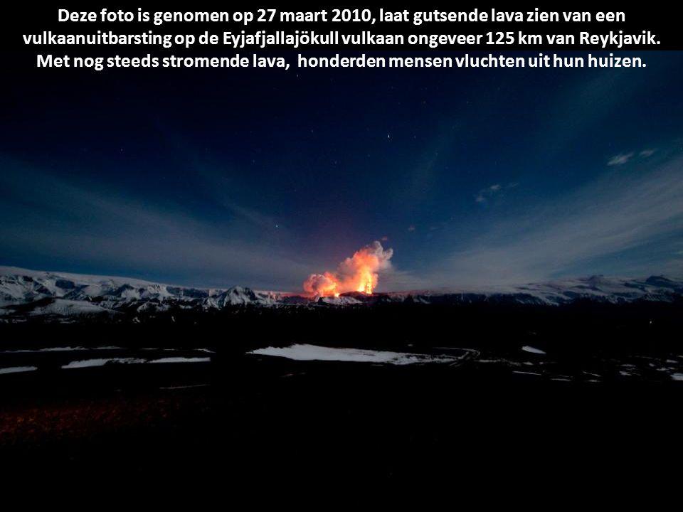 Deze foto is genomen op 27 maart 2010, laat gutsende lava zien van een vulkaanuitbarsting op de Eyjafjallajökull vulkaan ongeveer 125 km van Reykjavik.