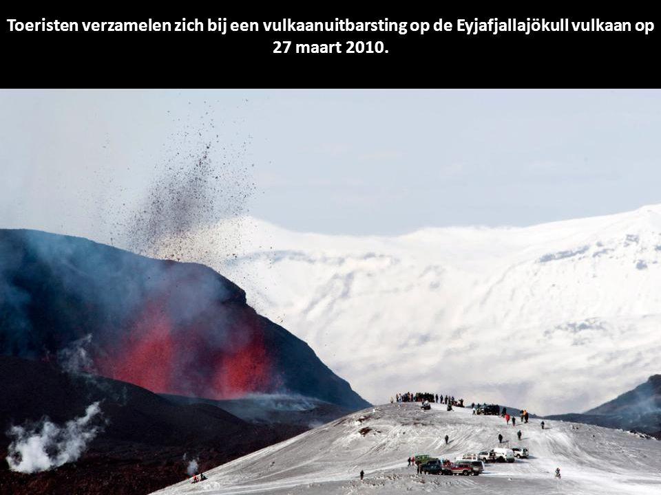 Toeristen verzamelen zich bij een vulkaanuitbarsting op de Eyjafjallajökull vulkaan op 27 maart 2010.