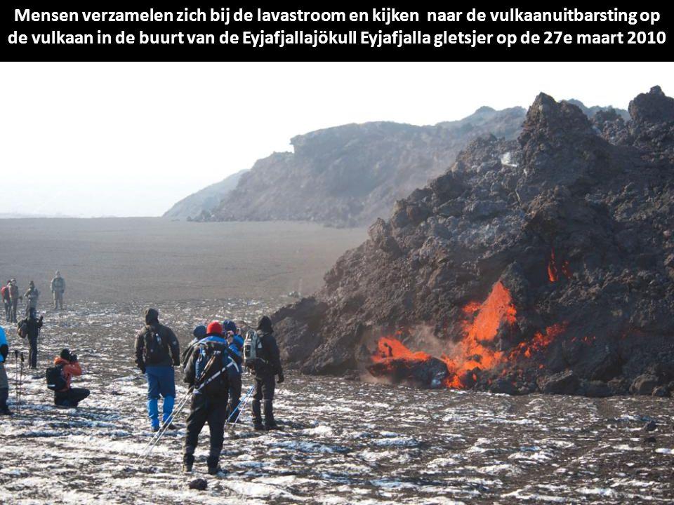 Mensen verzamelen zich bij de lavastroom en kijken naar de vulkaanuitbarsting op de vulkaan in de buurt van de Eyjafjallajökull Eyjafjalla gletsjer op de 27e maart 2010