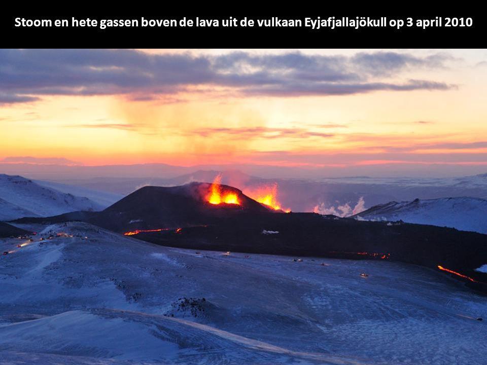 Rook en stoom hangen over de vulkaan onder de gletsjer in IJsland Eyjafjalla, donderdag 15 april 2010