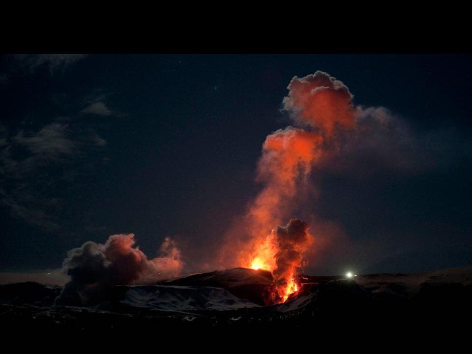 Stoom en hete gassen boven de lava uit de vulkaan Eyjafjallajökull op 3 april 2010