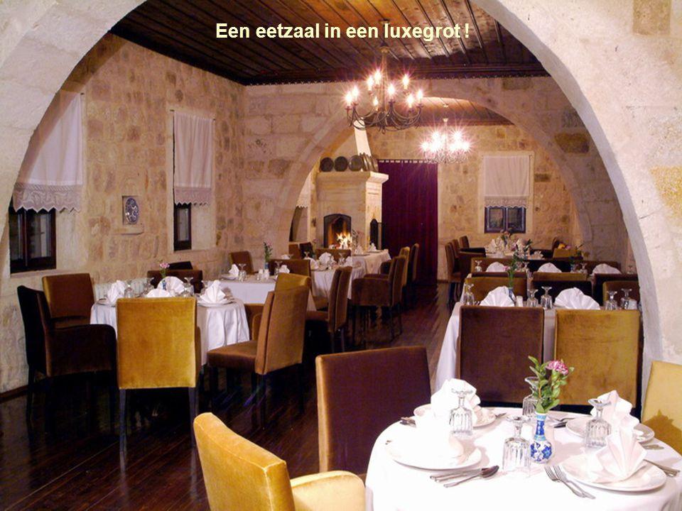 Het inwendige restaurant straalt een knusse warmte uit.