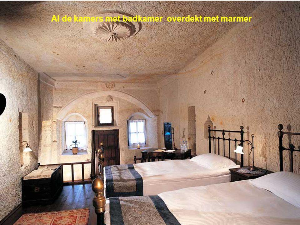 De decoratie omvat o.a.turks houtwerk en turkse tapijten.