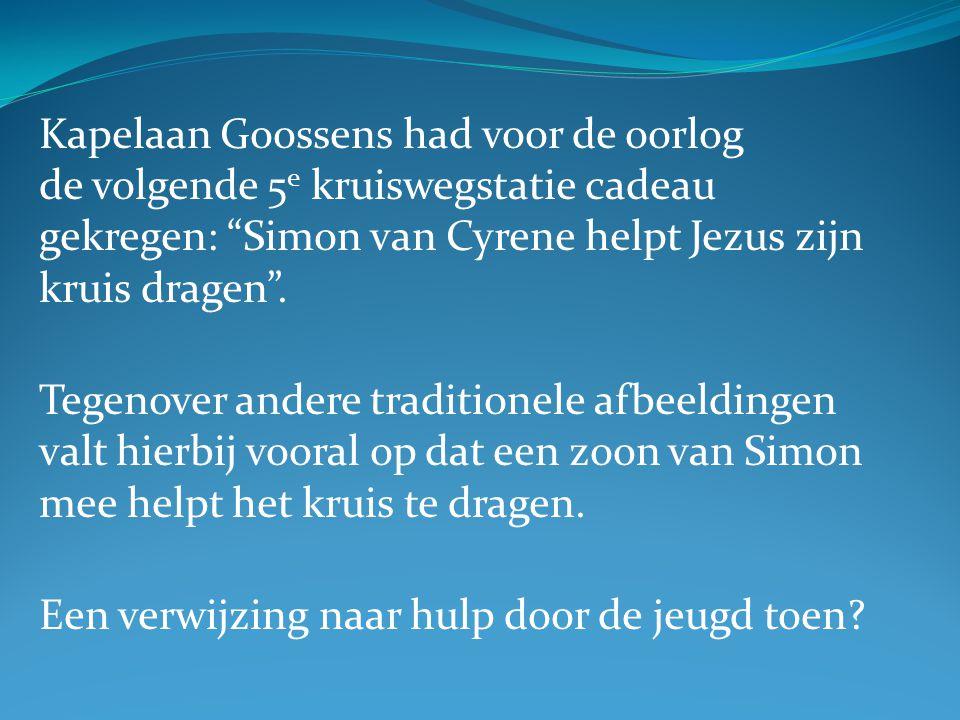 """Kapelaan Goossens had voor de oorlog de volgende 5 e kruiswegstatie cadeau gekregen: """"Simon van Cyrene helpt Jezus zijn kruis dragen"""". Tegenover ander"""