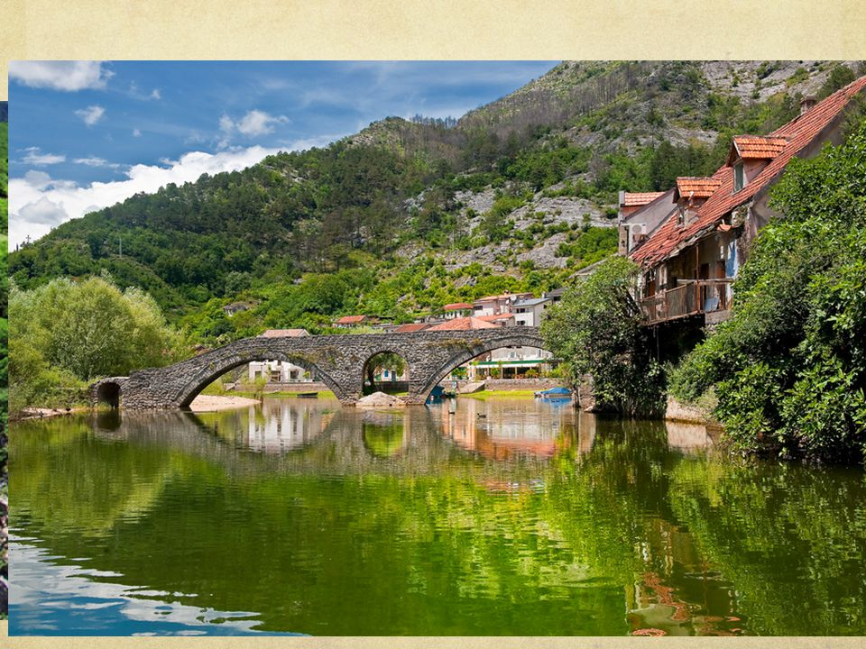 Enkele cijfers Totale kustlengte: 293,5 km Langste strand: Ulcinj (13 km) 70 bergtoppen Hoogste bergtop: Bobotov kuk (2522 m) Diepste plek: De rivier Tara (1300 m) Nationale parken: Durmitor, Lovcen, Biogradska gora UNESCO: Durmitor aan de rivier de Tara en de oude stad Kotor Enkele prijzen: Pizza € 1,50, frisdrank € 1, bier € 1–3, huiswijn € 0,60–1,50