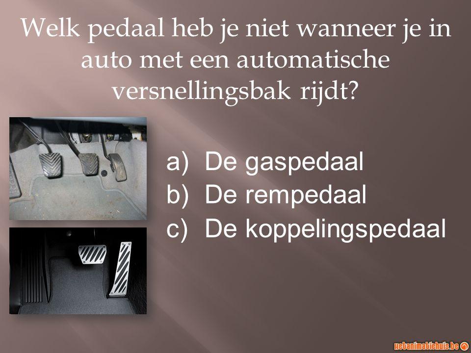 Welk pedaal heb je niet wanneer je in auto met een automatische versnellingsbak rijdt.