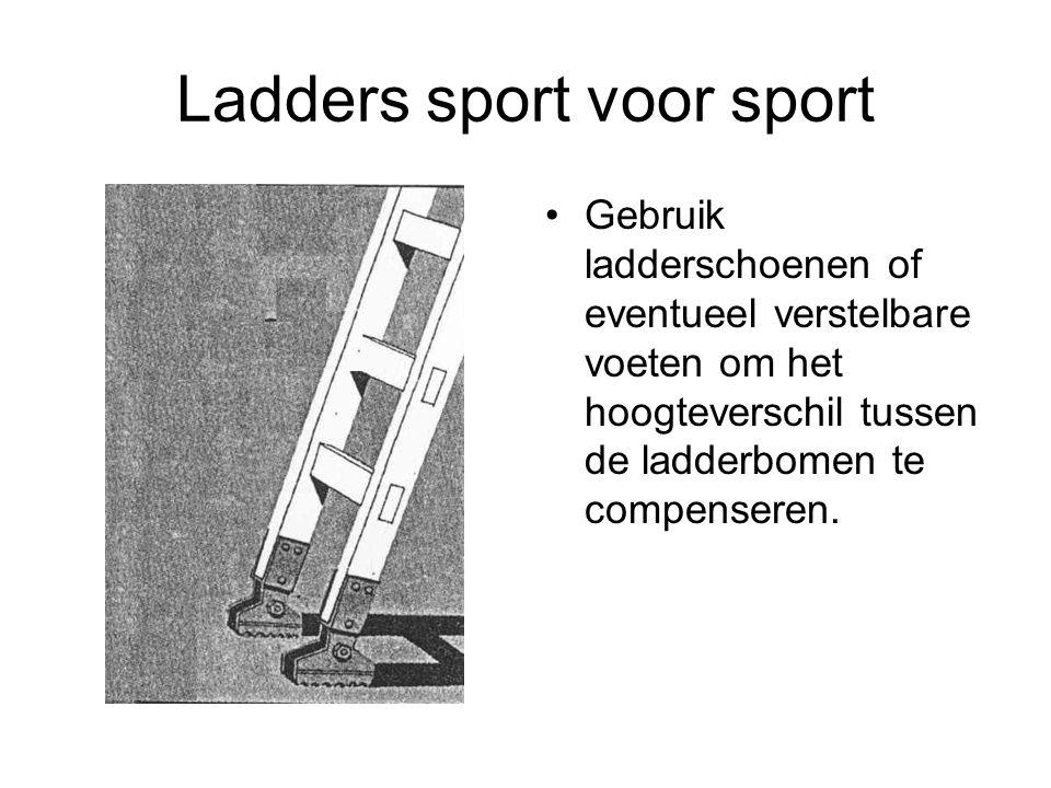 Ladders sport voor sport Gebruik ladderschoenen of eventueel verstelbare voeten om het hoogteverschil tussen de ladderbomen te compenseren.