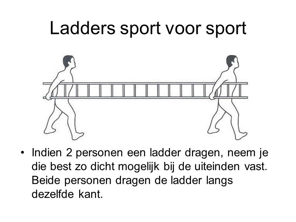 Ladders sport voor sport Indien 2 personen een ladder dragen, neem je die best zo dicht mogelijk bij de uiteinden vast. Beide personen dragen de ladde