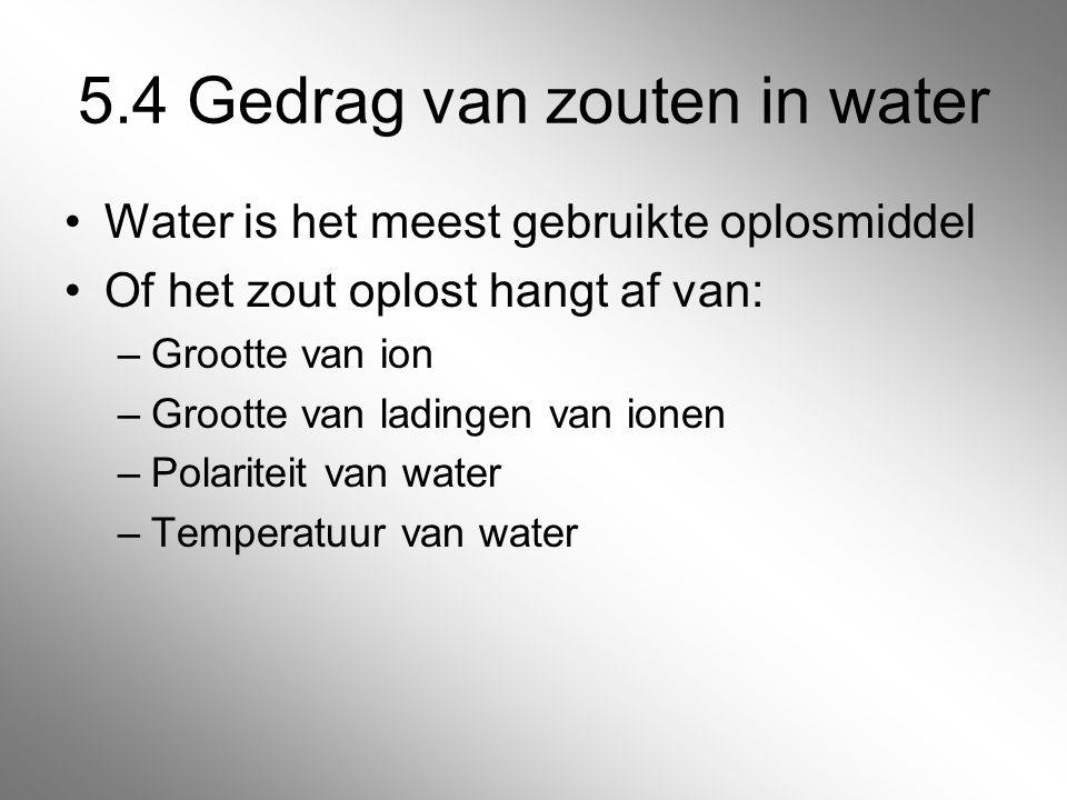 5.4 Gedrag van zouten in water Water is het meest gebruikte oplosmiddel Of het zout oplost hangt af van: –Grootte van ion –Grootte van ladingen van io
