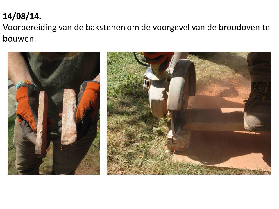 14/08/14. Voorbereiding van de bakstenen om de voorgevel van de broodoven te bouwen.