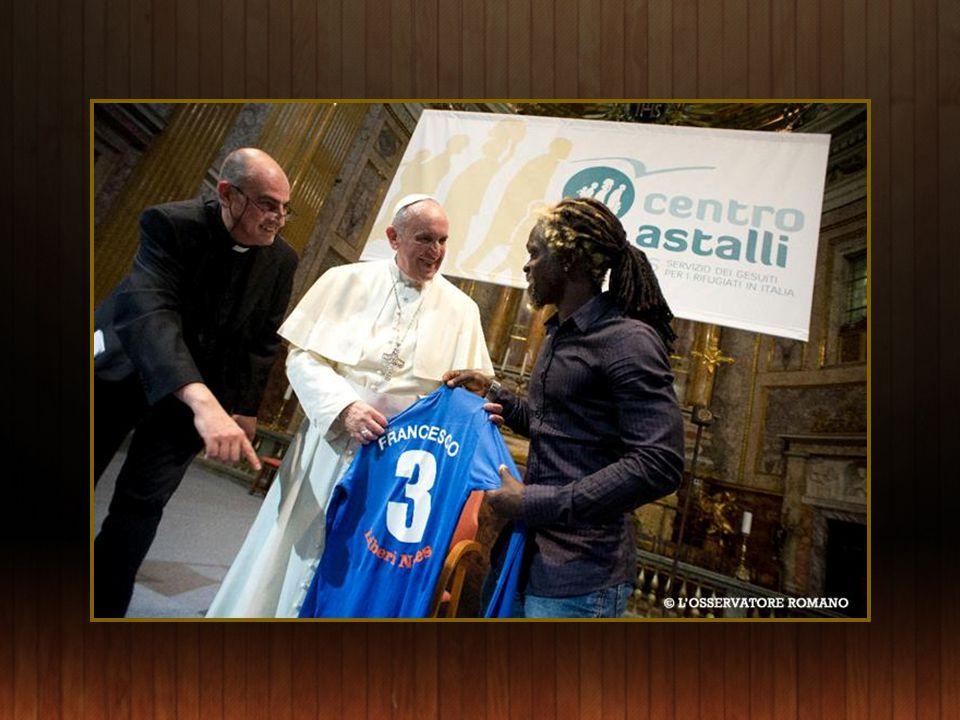 Franciscus bezoekt het Astalli vluchtelingencentrum gerund door de Jesuit Refugee Service te Rome.