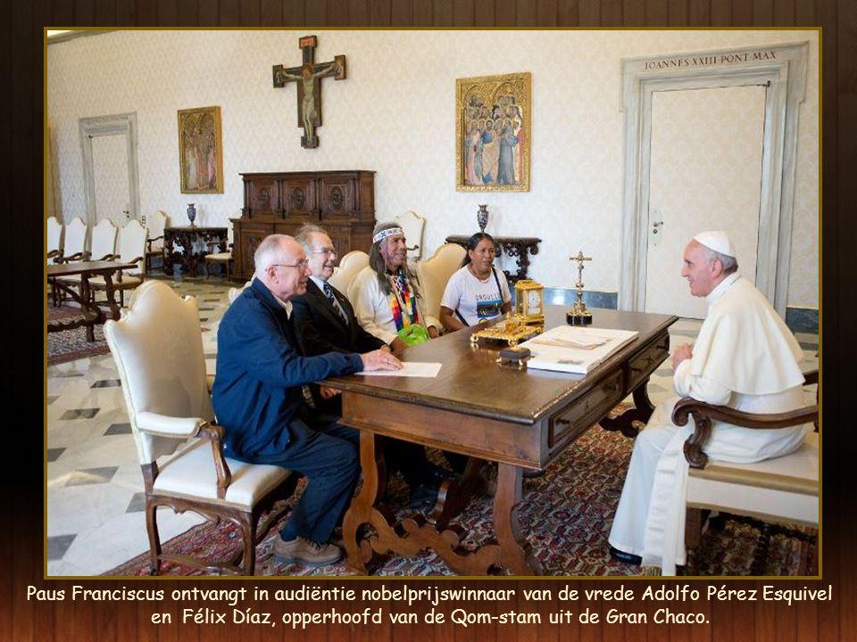 Paus Franciscus ontvangt in audiëntie nobelprijswinnaar van de vrede Adolfo Pérez Esquivel en Félix Díaz, opperhoofd van de Qom-stam uit de Gran Chaco.