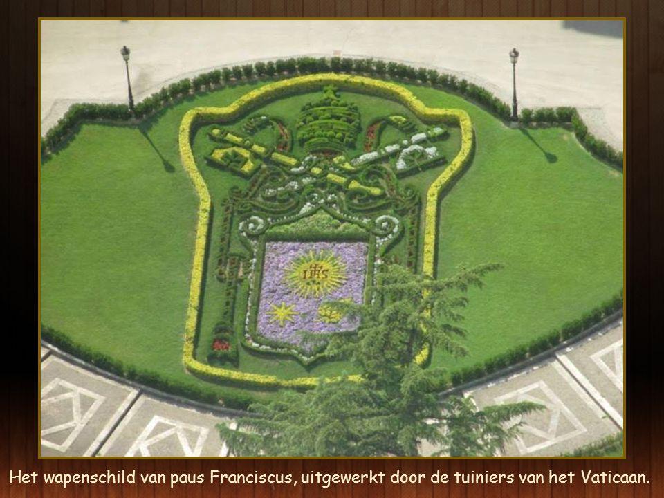 Het wapenschild van paus Franciscus, uitgewerkt door de tuiniers van het Vaticaan.