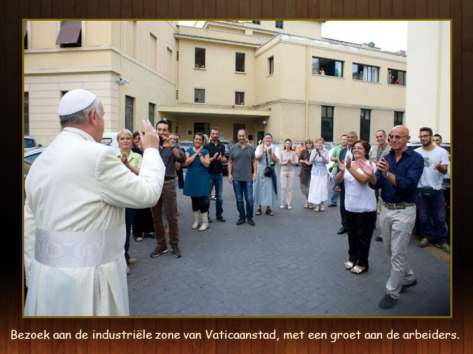 Bezoek aan de industriële zone van Vaticaanstad, met een groet aan de arbeiders.