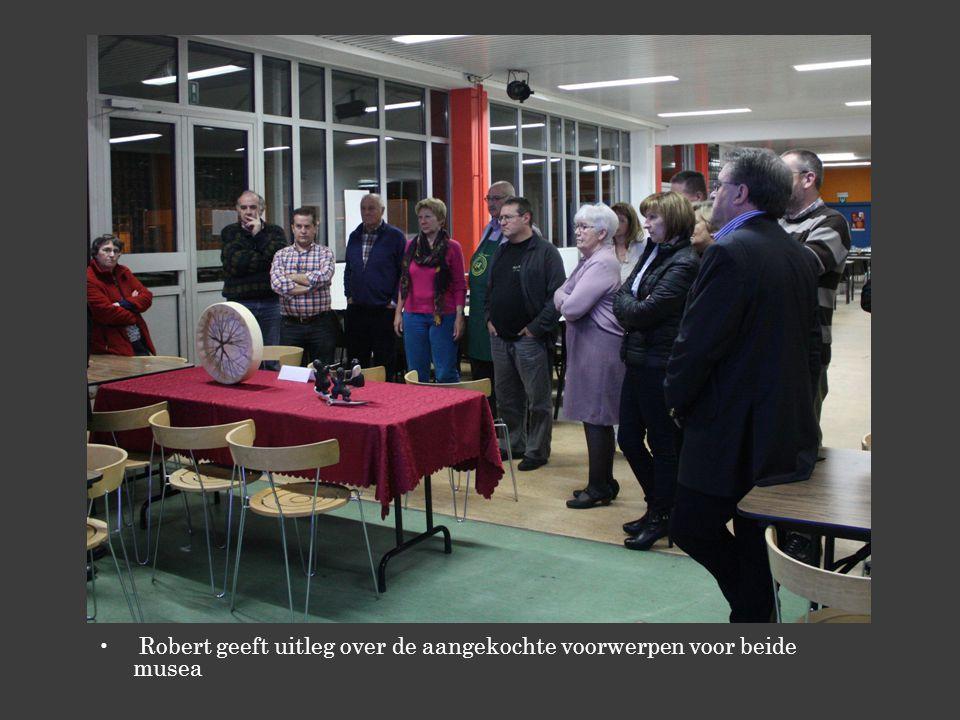Robert geeft uitleg over de aangekochte voorwerpen voor beide musea