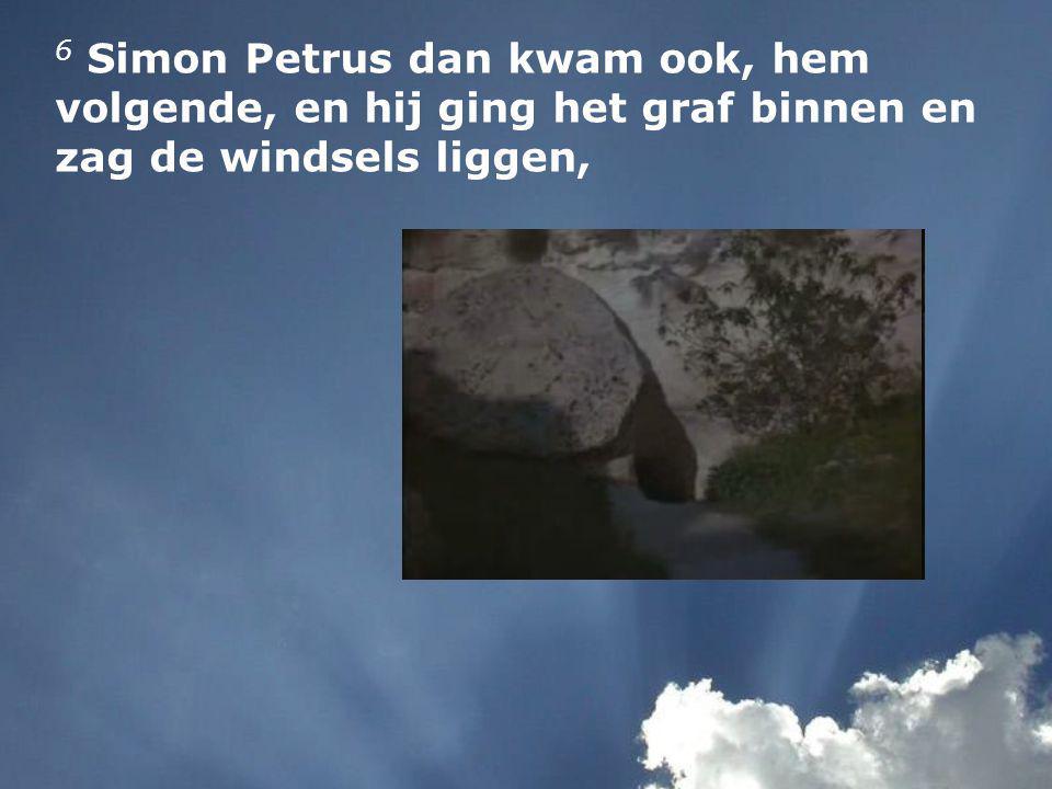 6 Simon Petrus dan kwam ook, hem volgende, en hij ging het graf binnen en zag de windsels liggen,