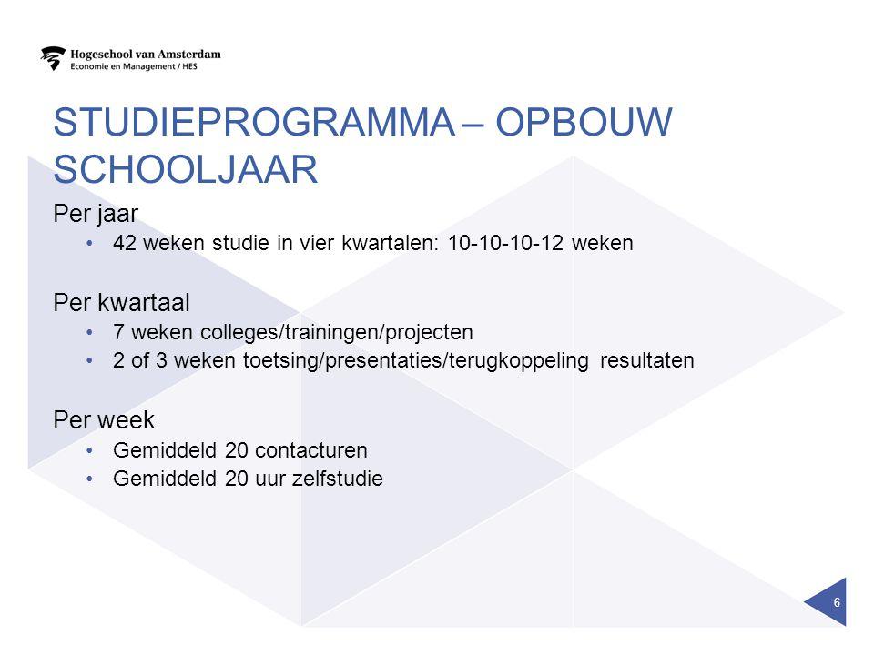 STUDIEPROGRAMMA – OPBOUW SCHOOLJAAR Per jaar 42 weken studie in vier kwartalen: 10-10-10-12 weken Per kwartaal 7 weken colleges/trainingen/projecten 2