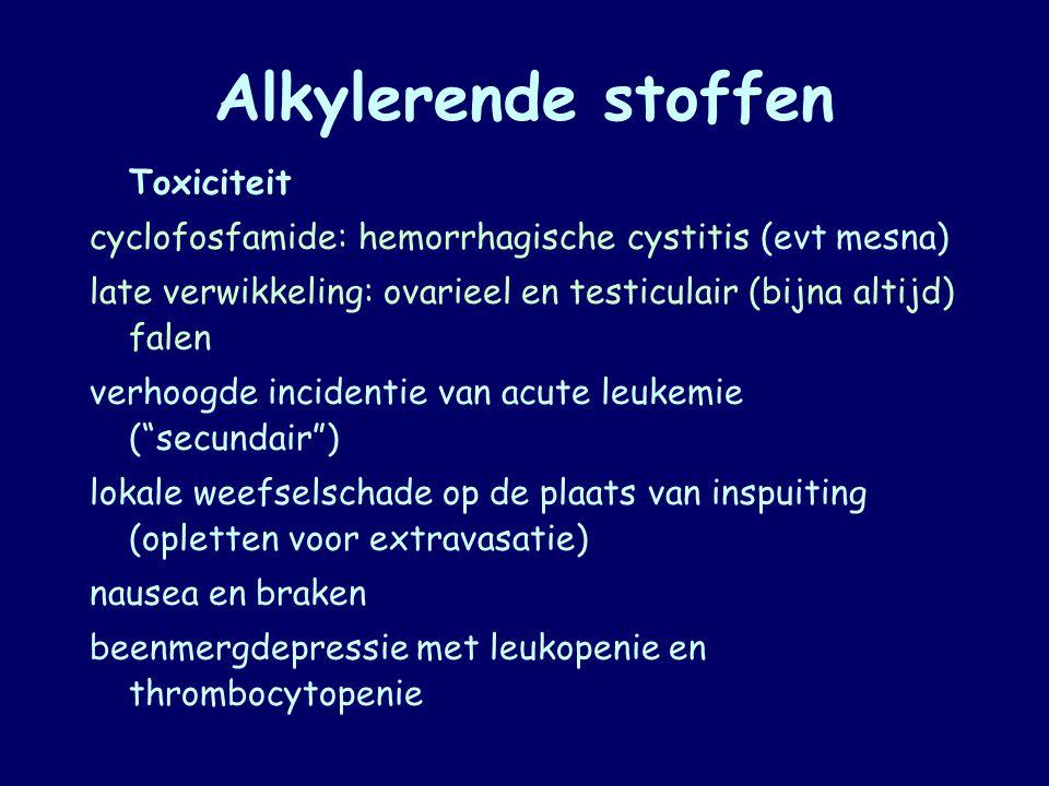 Alkylerende stoffen Toxiciteit cyclofosfamide: hemorrhagische cystitis (evt mesna) late verwikkeling: ovarieel en testiculair (bijna altijd) falen ver