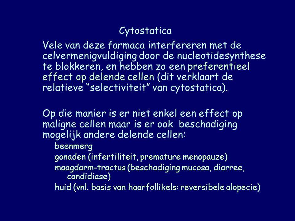 Alkylerende stoffen Toxiciteit cyclofosfamide: hemorrhagische cystitis (evt mesna) late verwikkeling: ovarieel en testiculair (bijna altijd) falen verhoogde incidentie van acute leukemie ( secundair ) lokale weefselschade op de plaats van inspuiting (opletten voor extravasatie) nausea en braken beenmergdepressie met leukopenie en thrombocytopenie