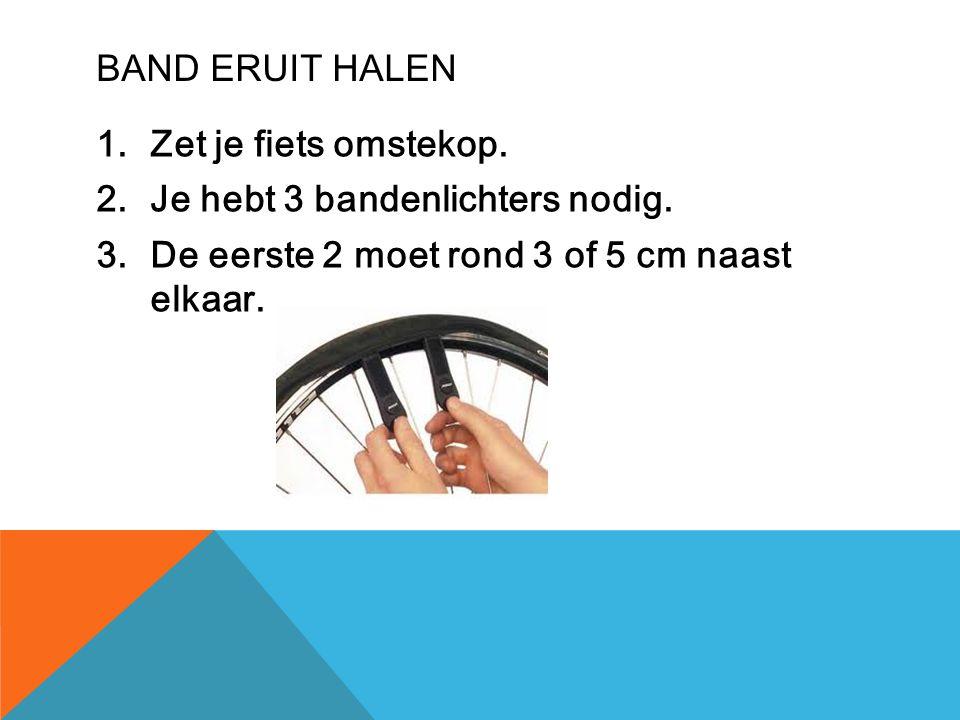 BAND ERUIT HALEN 1.Zet je fiets omstekop. 2.Je hebt 3 bandenlichters nodig. 3.De eerste 2 moet rond 3 of 5 cm naast elkaar.