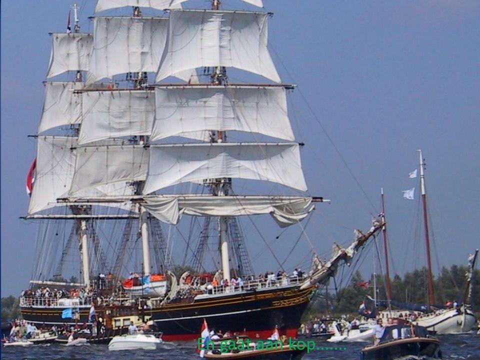 De Stad Amsterdam komt uit de sluis.