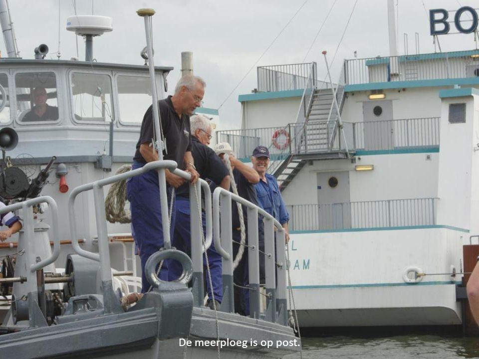 Terwijl de schipper zich tussen wal en schip wurmt…