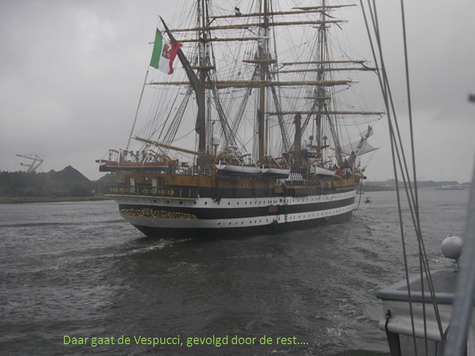 De eerste schepen verlaten het IJ richting zee.