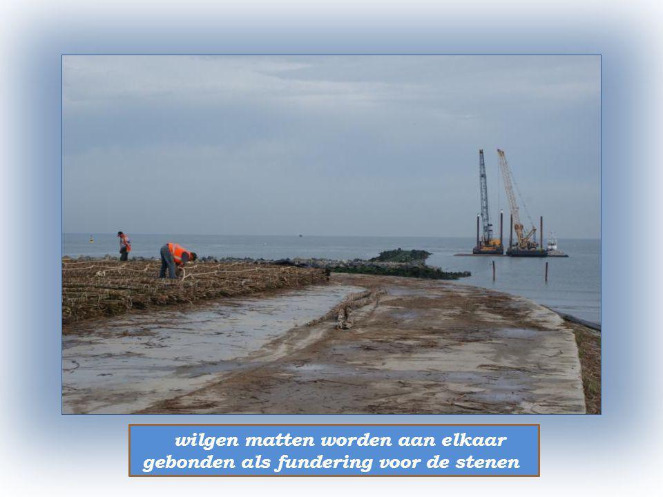 havenwerken te Oostende er komen twee lange beschermmuren rond het havenhoofd