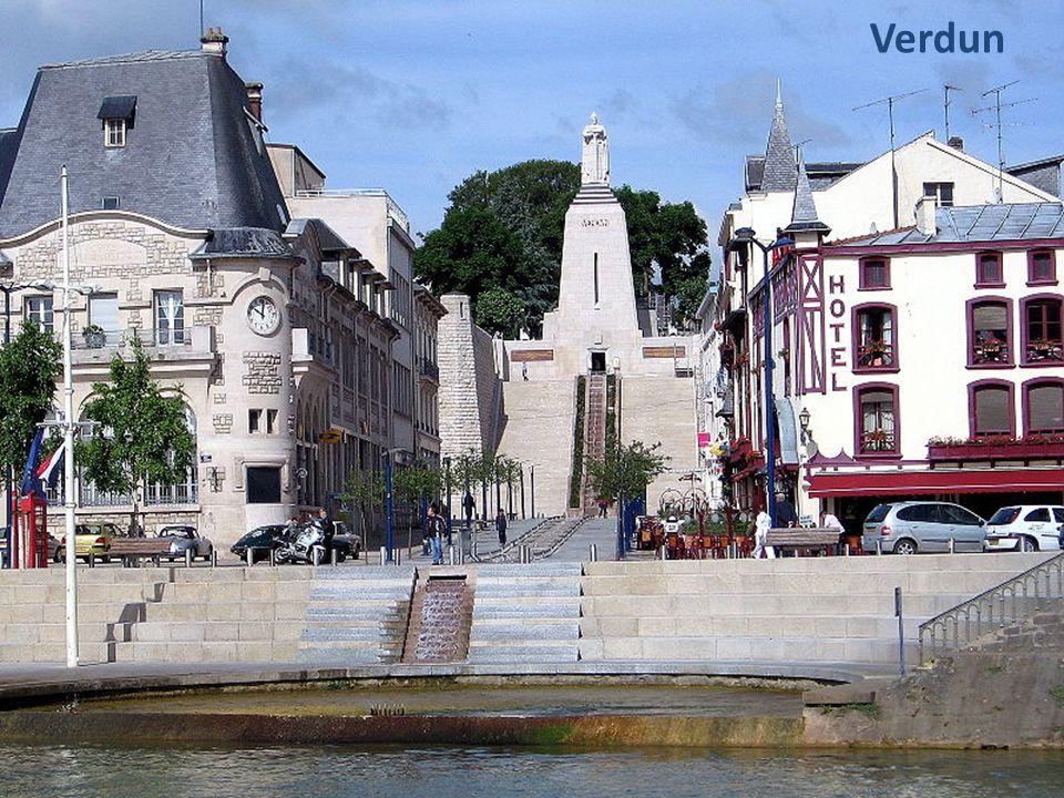 De Maas (La Meuse) kronkelt door de franse Ardennes via Verdun en Charleville- Mézières en komt bij Givet in België.