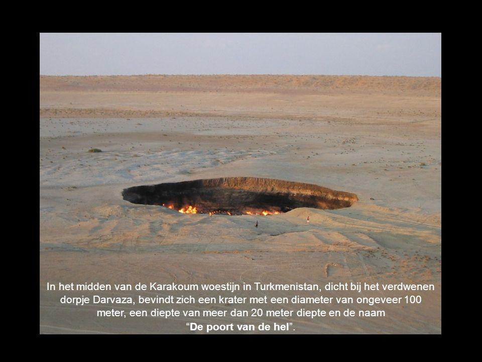In het midden van de Karakoum woestijn in Turkmenistan, dicht bij het verdwenen dorpje Darvaza, bevindt zich een krater met een diameter van ongeveer
