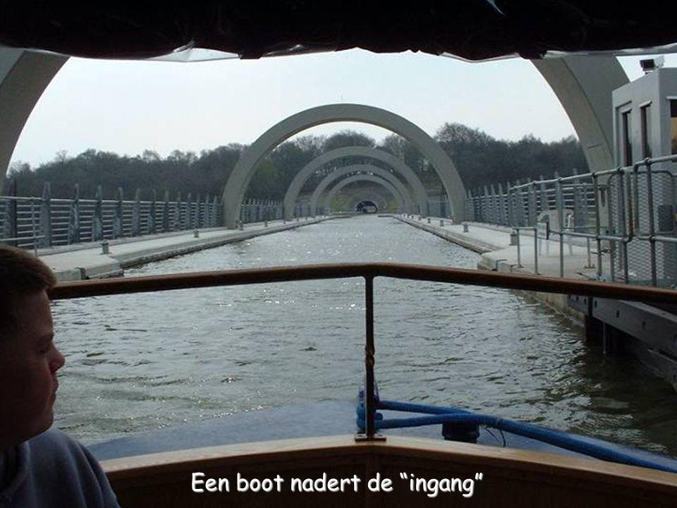 """Een boot nadert de """"ingang"""""""