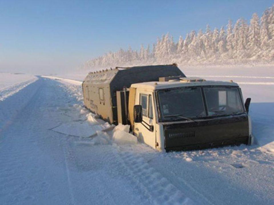 Zoals je het kunt zien op het volgende beeld, ligt de sneeuw in de winter op de weg zo dik, dat veel vrachtwagens er onder geblokkeerd raken. In de zo