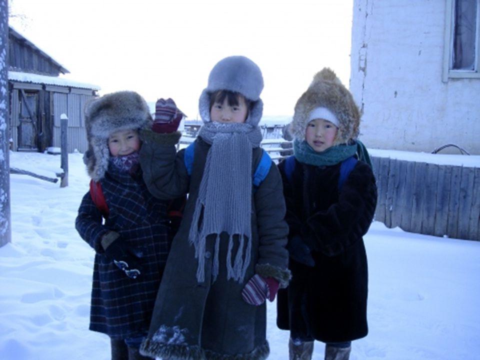 De 2200 inwoners leven ver van de voorzieningen die de grote steden bieden. De kinderen gaan maar naar school als de temperatuur niet onder de -52°c.