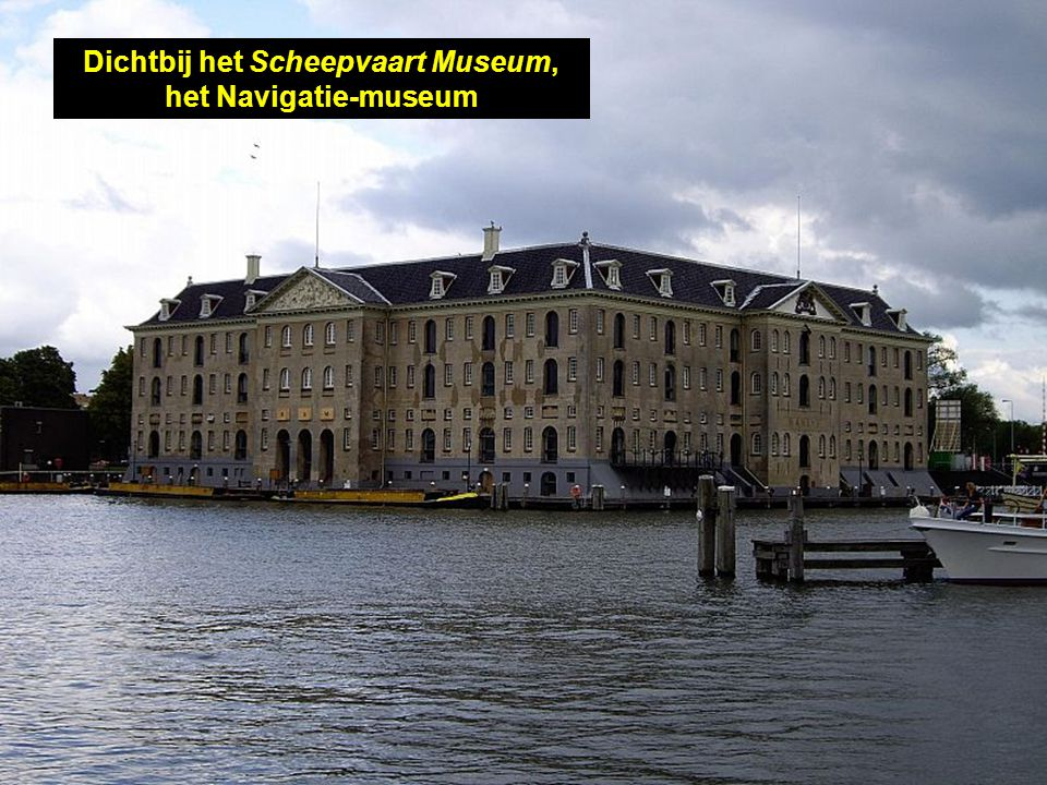 Op de achtergrond, het NEMO museum, in de vorm van 'n schip