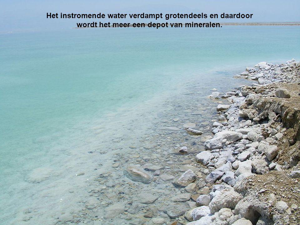 Het instromende water verdampt grotendeels en daardoor wordt het meer een depot van mineralen.