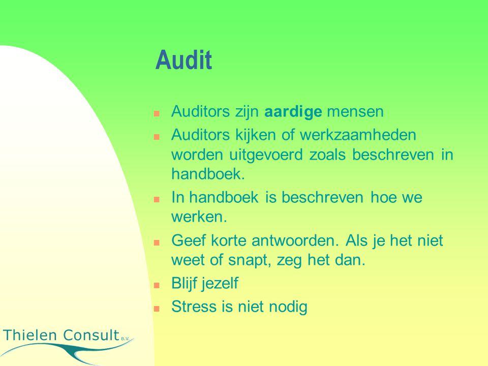 Audit Auditors zijn aardige mensen Auditors kijken of werkzaamheden worden uitgevoerd zoals beschreven in handboek. In handboek is beschreven hoe we w