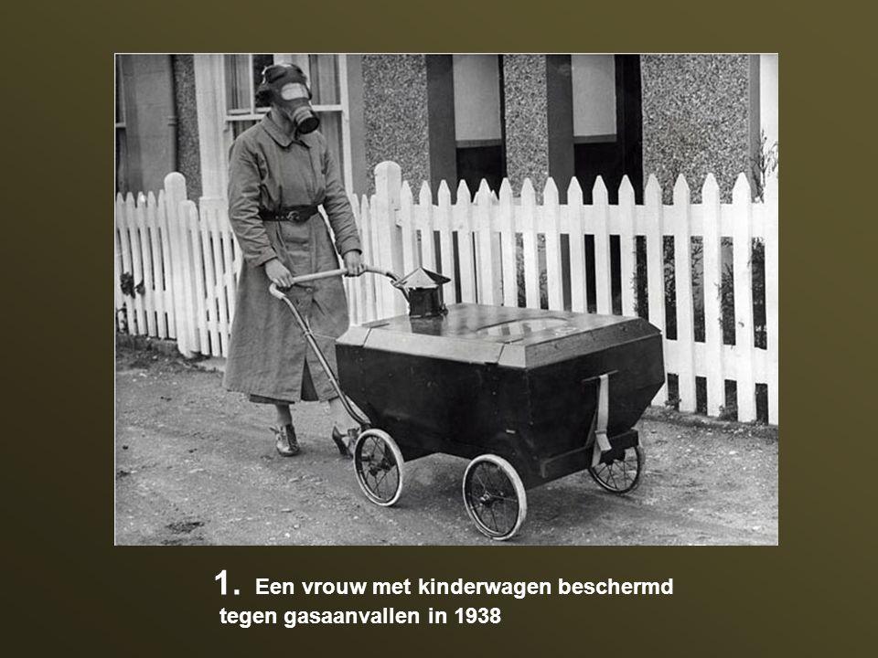 1. Een vrouw met kinderwagen beschermd tegen gasaanvallen in 1938